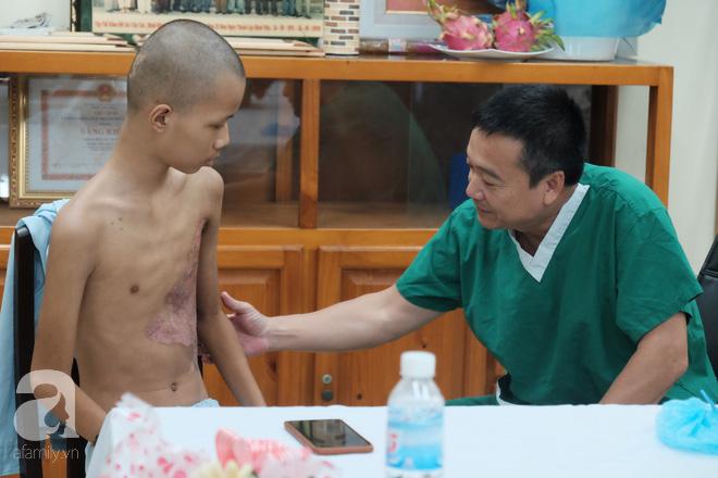 28 ngày hôn mê và hành trình đưa bé trai bị xe buýt cán từ cõi chết trở về của bác sĩ Sài Gòn 5