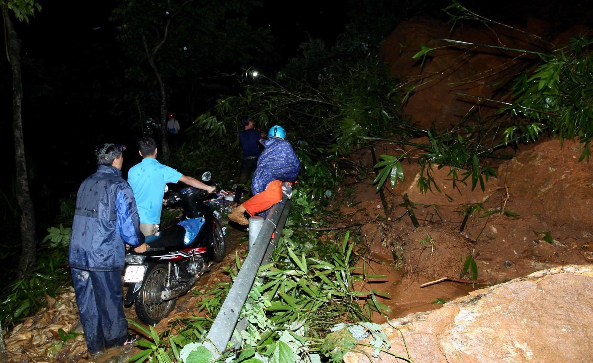 Lào Cai: Hơn 3000 khối đất đá sạt lở đổ xuống Quốc lộ 4D, giao thông tê liệt hoàn toàn 3