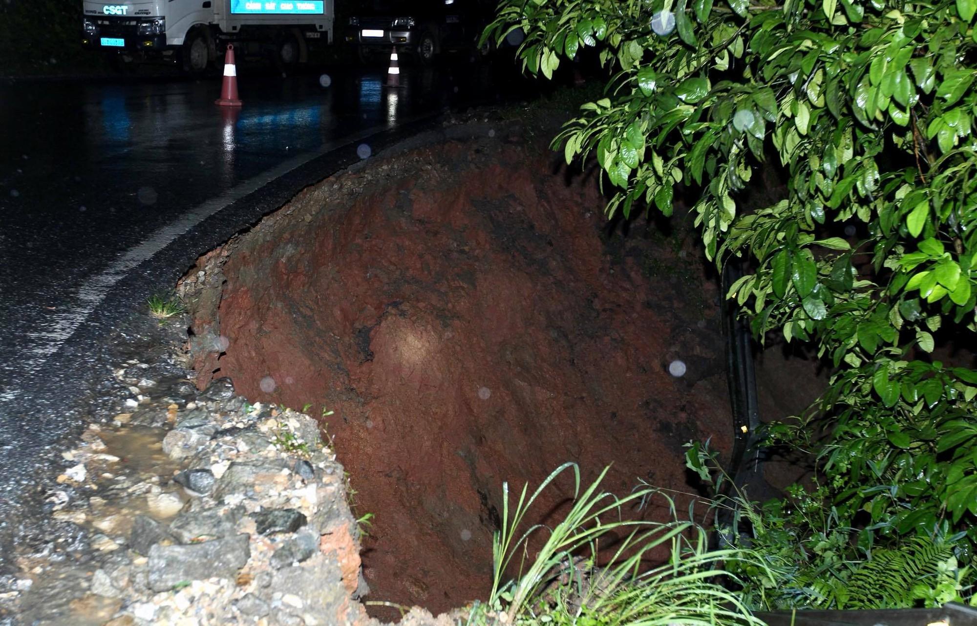 Lào Cai: Hơn 3000 khối đất đá sạt lở đổ xuống Quốc lộ 4D, giao thông tê liệt hoàn toàn 4