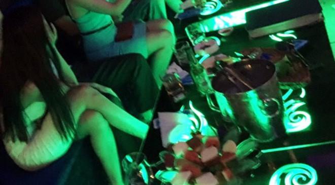 Bạn gái đòi chia tay để yêu người giàu hơn, 5 năm sau chàng trai bất ngờ gặp người cũ làm 'tay vịn' quán karaoke 2