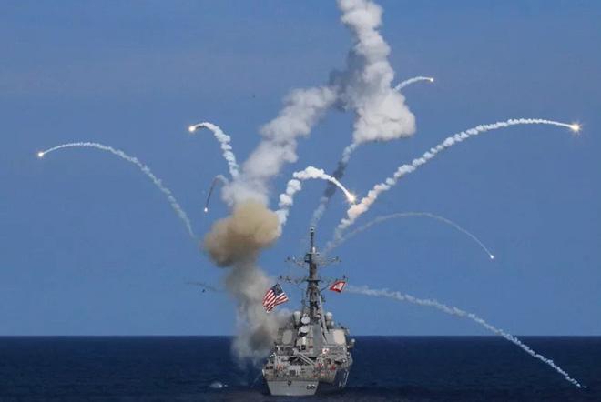 Cận cảnh thiệt hại trên khu trục hạm phòng không Đức sau khi bị tên lửa Mỹ 'hạ gục' 11