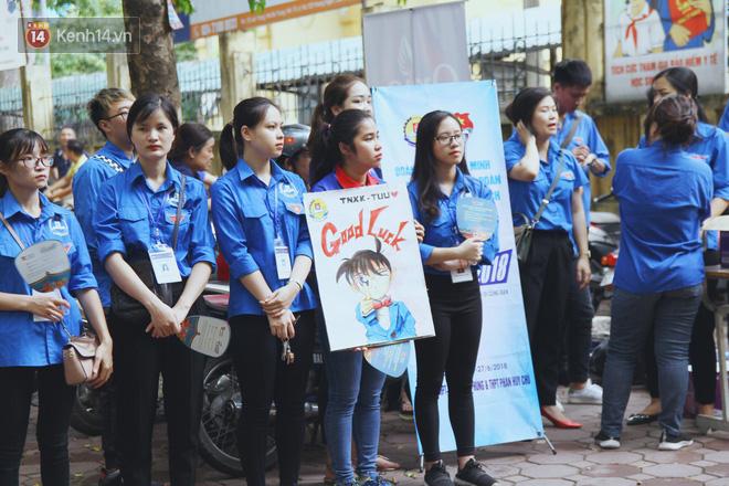 Những bóng áo xanh tình nguyện mùa thi THPT Quốc Gia 2018: Nắng mưa vẫn kề vai sát cánh cùng sĩ tử 1
