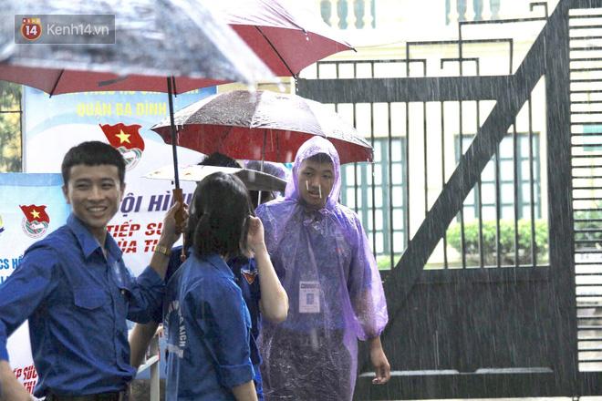 Những bóng áo xanh tình nguyện mùa thi THPT Quốc Gia 2018: Nắng mưa vẫn kề vai sát cánh cùng sĩ tử 8