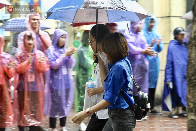 Những bóng áo xanh tình nguyện mùa thi THPT Quốc Gia 2018: Nắng mưa vẫn kề vai sát cánh cùng sĩ tử 4