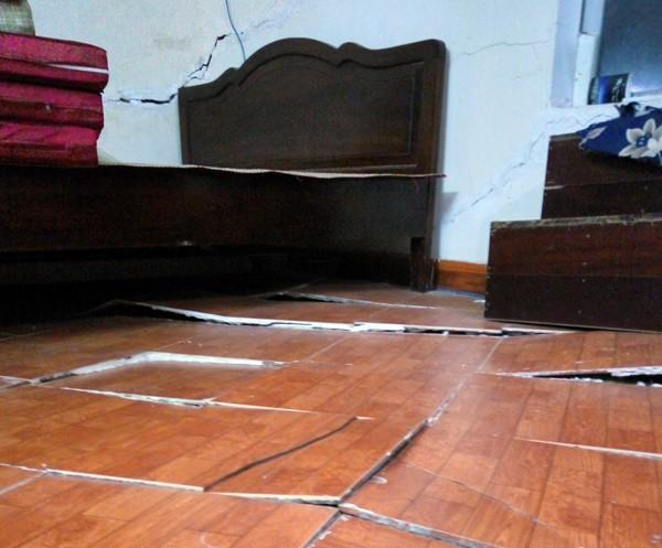 Hà Nội: Nhiều hộ dân bỏ của chạy lấy người vì nhà có nguy cơ đổ sập do chung cư xây sát vách 2
