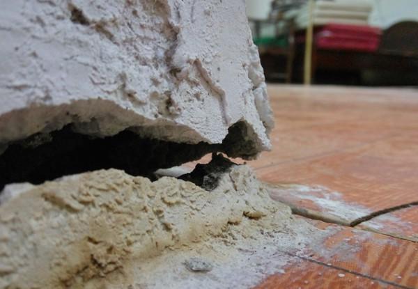 Hà Nội: Nhiều hộ dân bỏ của chạy lấy người vì nhà có nguy cơ đổ sập do chung cư xây sát vách 4