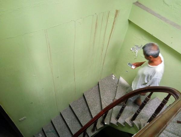 Hà Nội: Nhiều hộ dân bỏ của chạy lấy người vì nhà có nguy cơ đổ sập do chung cư xây sát vách 8