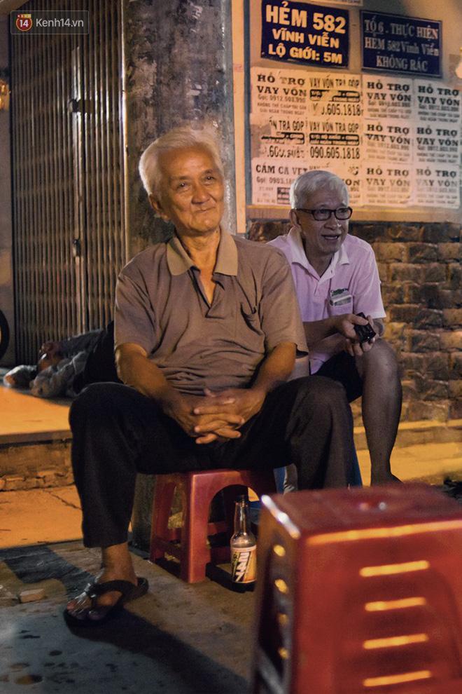 World Cup ở Sài Gòn dễ thương như cách chú Ba đem ti vi ra vỉa hè cho người lao động cùng xem 2