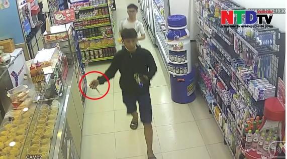 Nhân chứng vụ nhóm thanh thiếu niên cầm dao xông vào cửa hàng tiện lợi cướp của, hành hung nhân viên ở Sài Gòn: Lúc đó là 2 giờ sáng! 2