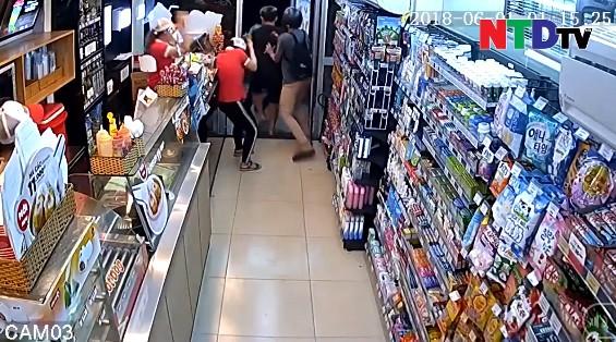 Nhân chứng vụ nhóm thanh thiếu niên cầm dao xông vào cửa hàng tiện lợi cướp của, hành hung nhân viên ở Sài Gòn: Lúc đó là 2 giờ sáng! 1