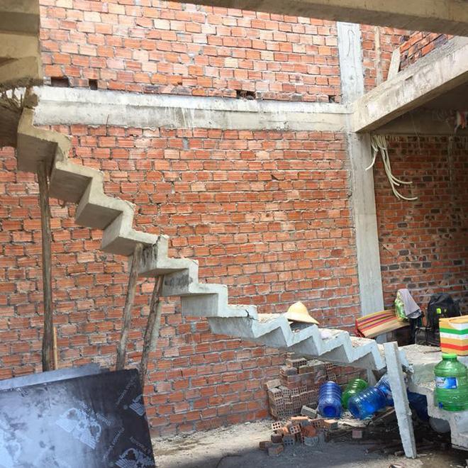 Cái cầu thang yếu đuối nhất MXH: Thoạt nhìn còn tưởng bằng giấy, nóng cũng không dám bật quạt vì sợ sập mất - Ảnh 1.