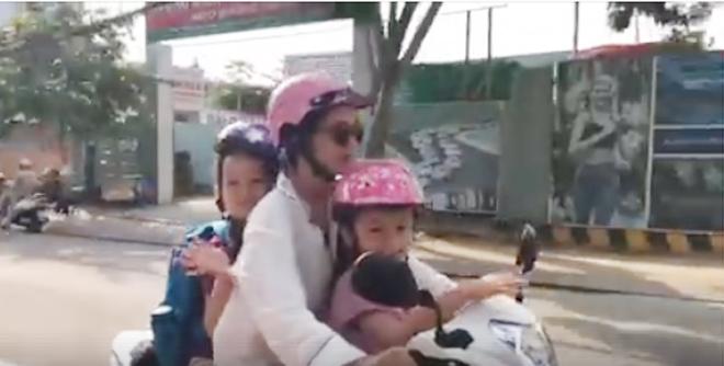 Chia tay chồng Tây, Hồng Nhung một mình lái xe máy đưa con đi học 1