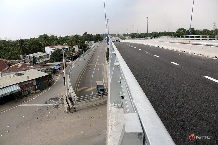 Chùm ảnh cầu vượt hơn 200 tỷ đồng trước giờ thông xe, cửa ngõ cảng biển lớn nhất Sài Gòn được 'giải cứu' 10