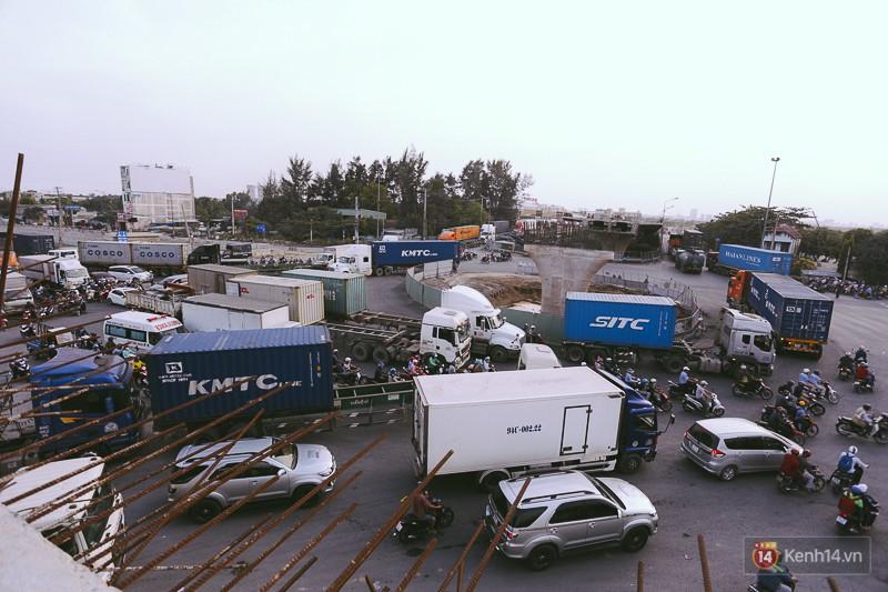 Chùm ảnh cầu vượt hơn 200 tỷ đồng trước giờ thông xe, cửa ngõ cảng biển lớn nhất Sài Gòn được 'giải cứu' 15