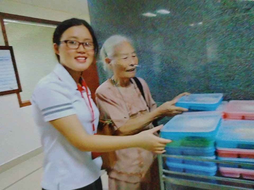 Bà cụ 82 tuổi quyên tiền để phát cháo miễn phí cho bệnh nhân nghèo suốt ba năm nay ở Hà Nội 2