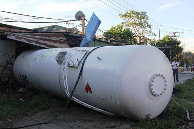 Tàu hỏa đâm văng xe bồn chở gas, đường sắt Bắc - Nam tê liệt trong nhiều giờ 3