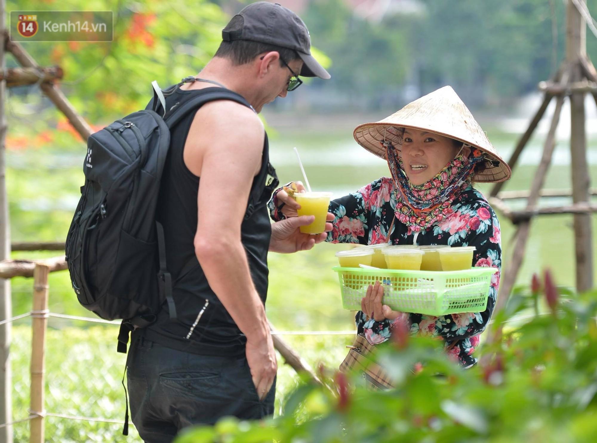 Phố đi bộ vắng tanh gần cuối giờ chiều, nhiệt độ đỉnh điểm ở Hà Nội lên tới 44 độ C 7