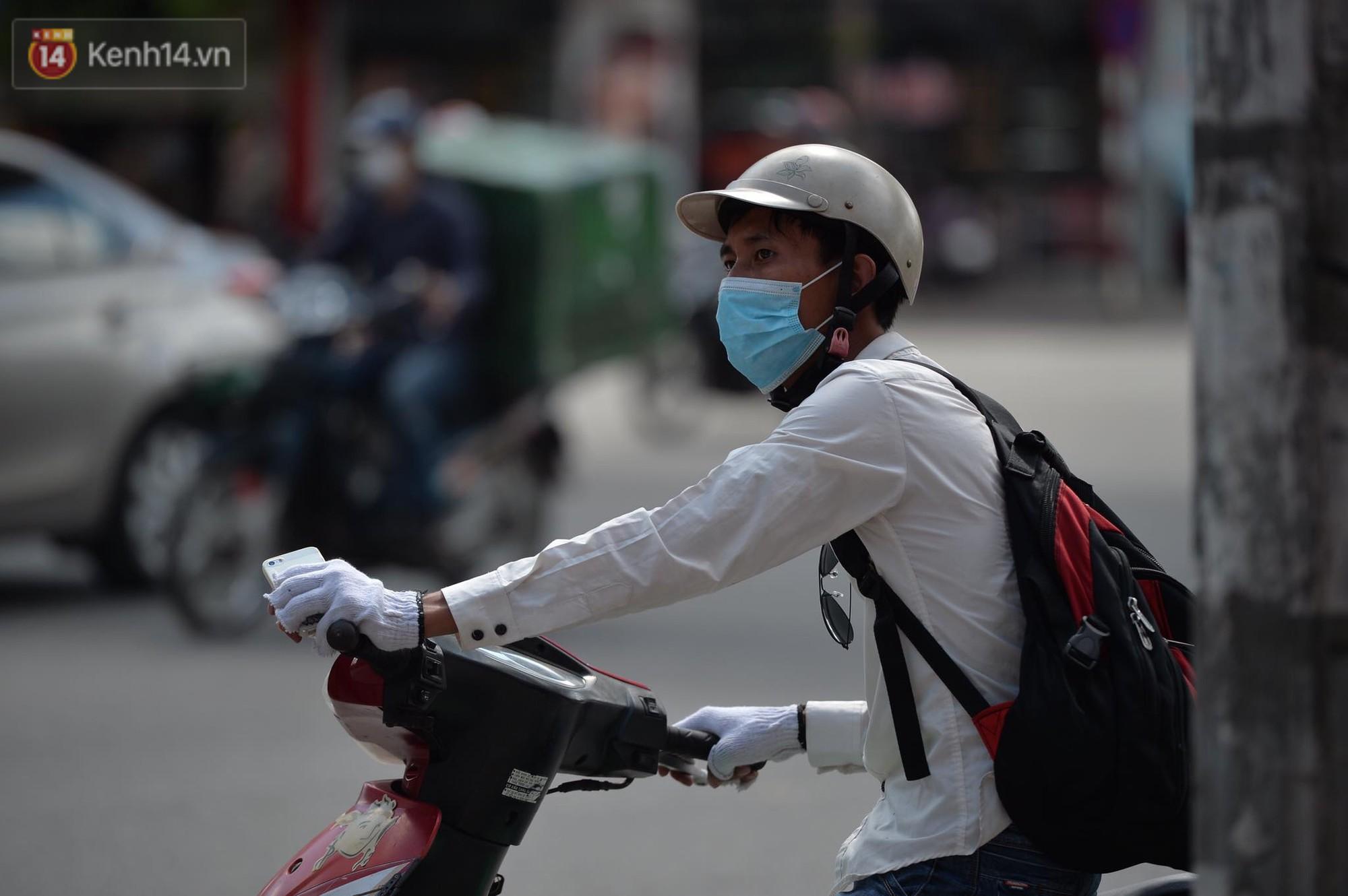Phố đi bộ vắng tanh gần cuối giờ chiều, nhiệt độ đỉnh điểm ở Hà Nội lên tới 44 độ C 10