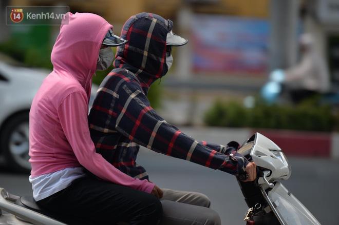 Phố đi bộ vắng tanh gần cuối giờ chiều, nhiệt độ đỉnh điểm ở Hà Nội lên tới 44 độ C 15
