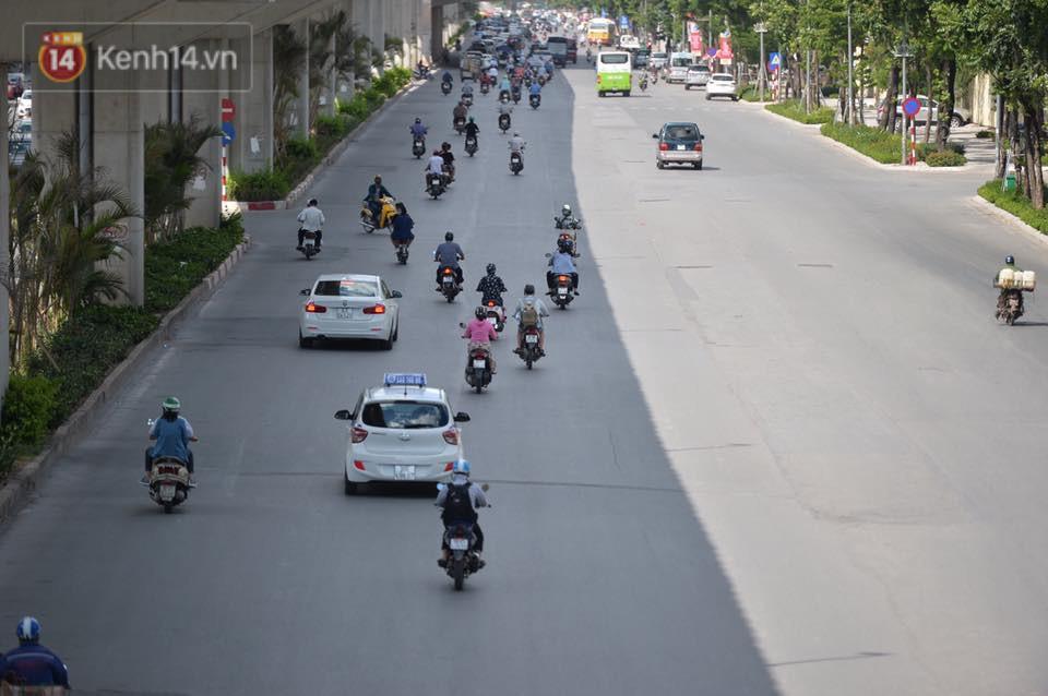 Phố đi bộ vắng tanh gần cuối giờ chiều, nhiệt độ đỉnh điểm ở Hà Nội lên tới 44 độ C 11