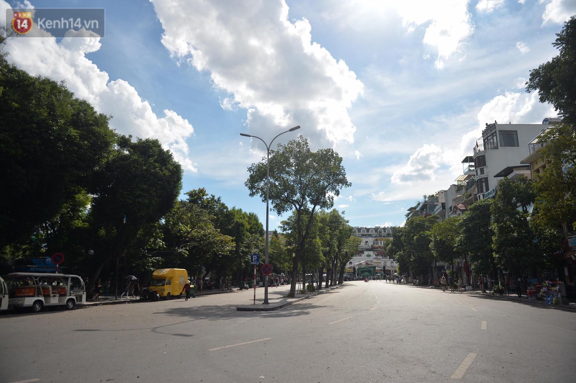 Phố đi bộ vắng tanh gần cuối giờ chiều, nhiệt độ đỉnh điểm ở Hà Nội lên tới 44 độ C 4