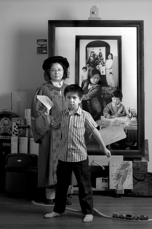 Bộ ảnh bà mẹ đơn thân Đài Loan đang lan truyền trên MXH: Mỗi bức ảnh của hiện tại bao gồm cả những năm tháng trưởng thành của con 7