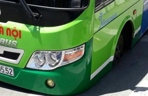 Hà Nội: Xe buýt bất ngờ sụt hố tử thần trên đường La Thành, hành khách hoảng loạn 2