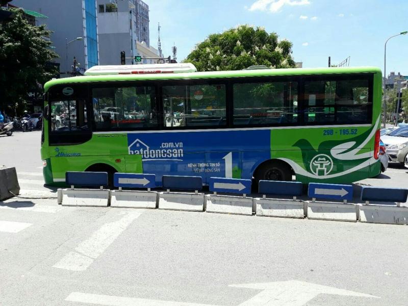 Hà Nội: Xe buýt bất ngờ sụt hố tử thần trên đường La Thành, hành khách hoảng loạn 3