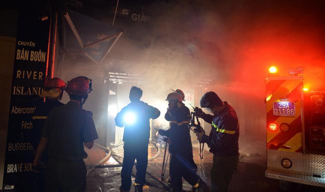 Hà Nội: Khu tập thể cháy lớn trong đêm, lính cứu hỏa căng mình dập lửa cứu người mắc kẹt 2