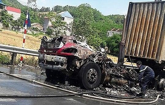 Xe đầu kéo bùng cháy dữ dội trên đường ra cửa khẩu Hữu Nghị 1