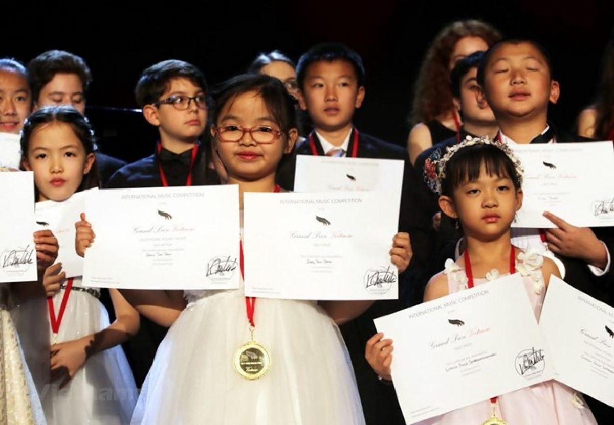 Bé gái Việt 7 tuổi giành giải nhất cuộc thi piano quốc tế ở New York 1
