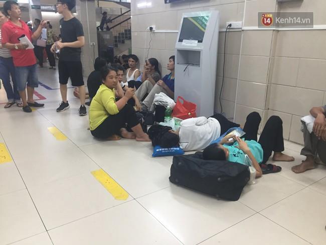 Ảnh: Người nhà bệnh nhân vạ vật gần hành lang, dưới bóng cây trong bệnh viện để tránh nắng đỉnh điểm trên 40 độ ở Hà Nội 10