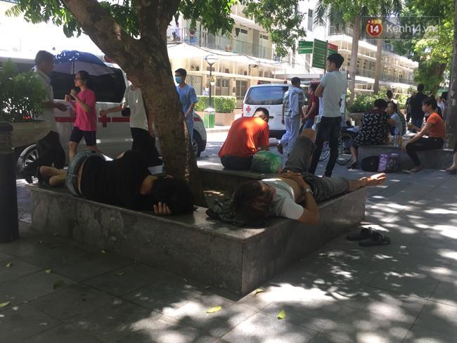 Ảnh: Người nhà bệnh nhân vạ vật gần hành lang, dưới bóng cây trong bệnh viện để tránh nắng đỉnh điểm trên 40 độ ở Hà Nội 8