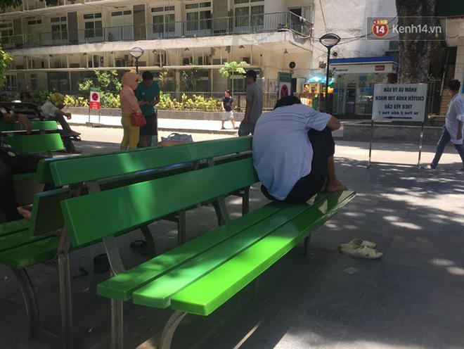 Ảnh: Người nhà bệnh nhân vạ vật gần hành lang, dưới bóng cây trong bệnh viện để tránh nắng đỉnh điểm trên 40 độ ở Hà Nội 4