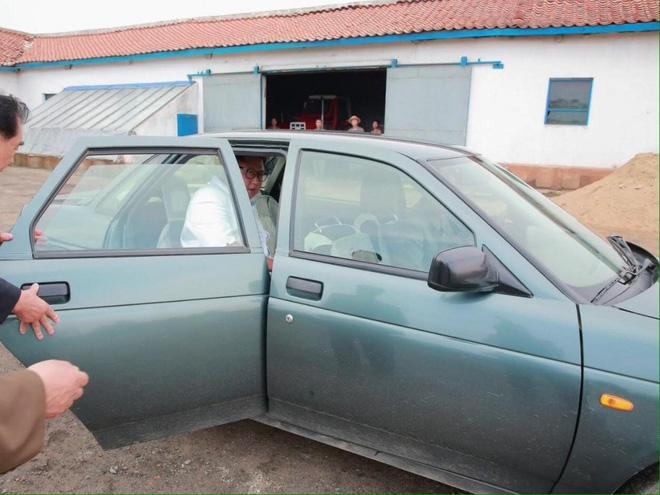 Chán xe bọc thép, ông Kim Jong-un sử dụng chiếc xe cũ đi thị sát biên giới 2