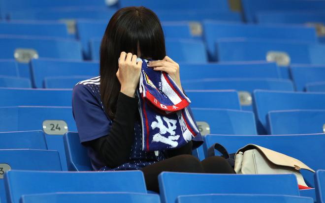 Ngưỡng mộ hình ảnh CĐV Nhật Bản vừa khóc nức nở, vừa dọn sạch rác trên khán đài 8