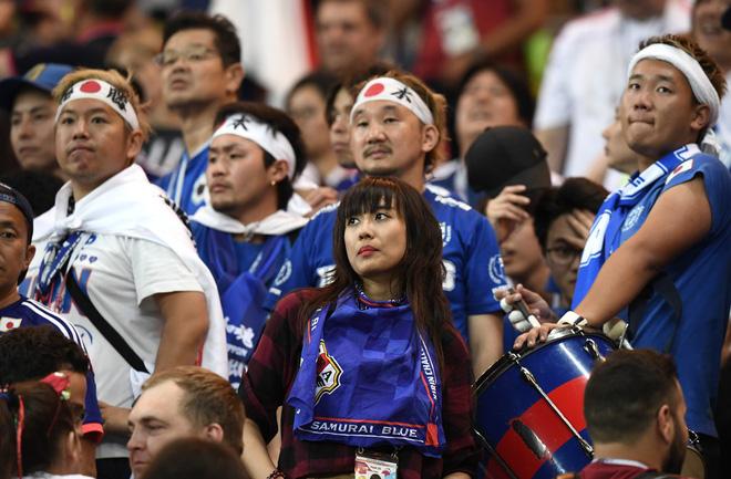 Ngưỡng mộ hình ảnh CĐV Nhật Bản vừa khóc nức nở, vừa dọn sạch rác trên khán đài 2