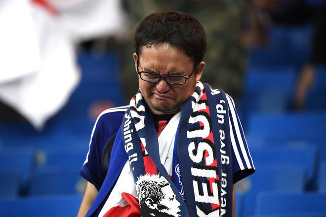 Ngưỡng mộ hình ảnh CĐV Nhật Bản vừa khóc nức nở, vừa dọn sạch rác trên khán đài 9