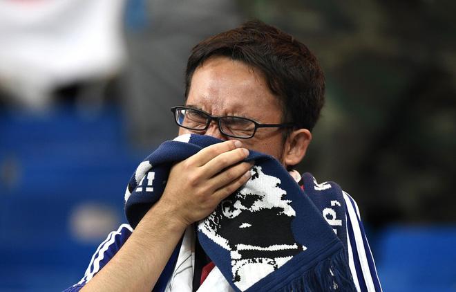 Ngưỡng mộ hình ảnh CĐV Nhật Bản vừa khóc nức nở, vừa dọn sạch rác trên khán đài 5