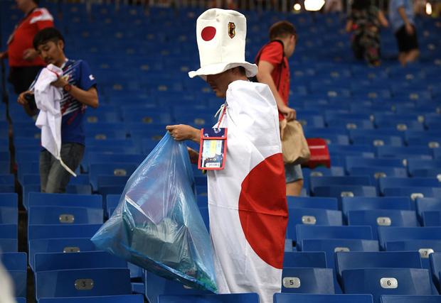 Ngưỡng mộ hình ảnh CĐV Nhật Bản vừa khóc nức nở, vừa dọn sạch rác trên khán đài 12