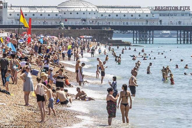 """Nóng """"như thiêu như đốt"""", bãi biển Anh chật kín người ra giải nhiệt 8"""