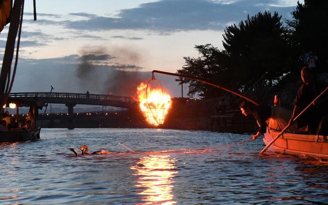24h qua ảnh: Dân Trung Quốc chơi mạt chược trong bể bơi để tránh nắng nóng 3
