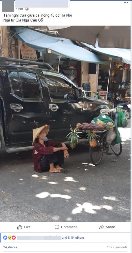 Hình ảnh bà cụ bán hàng rong ngồi nghỉ dưới bóng râm giữa cái nắng