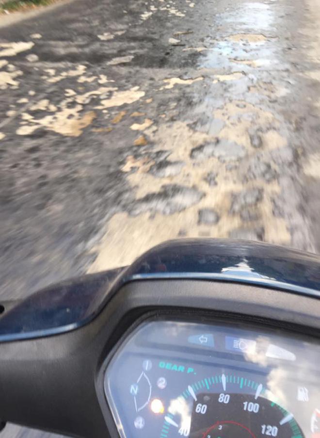 Nắng nóng làm nhựa đường tan chảy ở Hưng Yên: Xe máy không thể di chuyển, dính chân người đi bộ 1