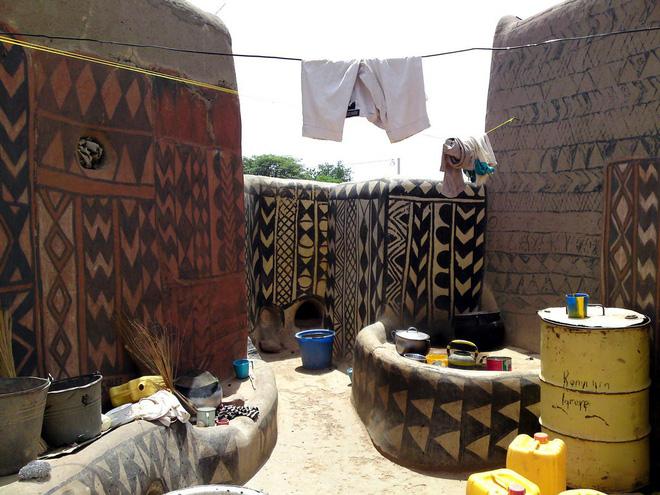 Tiébélé: Ngôi làng cổ được tạo nên từ phân bò, từng căn nhà đều là tác phẩm nghệ thuật tuyệt vời - Ảnh 13.