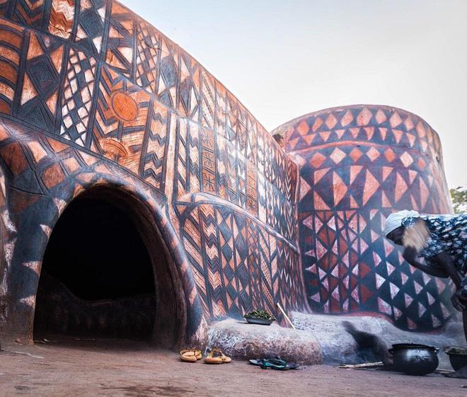 Tiébélé: Ngôi làng cổ được tạo nên từ phân bò, từng căn nhà đều là tác phẩm nghệ thuật tuyệt vời - Ảnh 9.