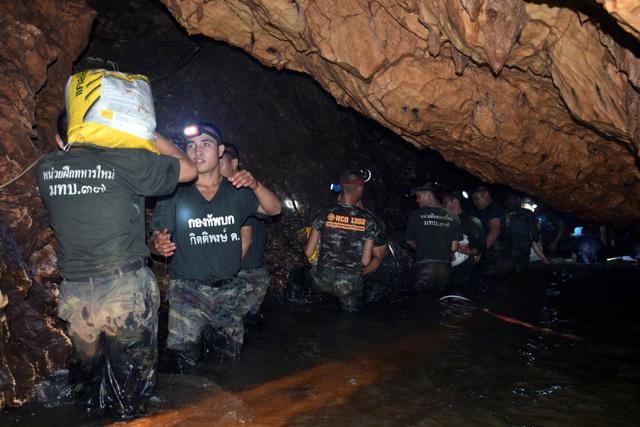 Tiết lộ lý do đội bóng Thái Lan vào hang bất chấp cảnh báo nguy hiểm 1