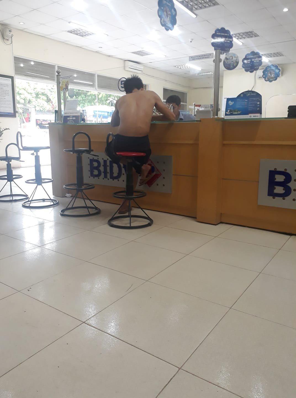 Hình ảnh một số thanh niên cởi trần vào ngân hàng gây tranh cãi trên MXH 2
