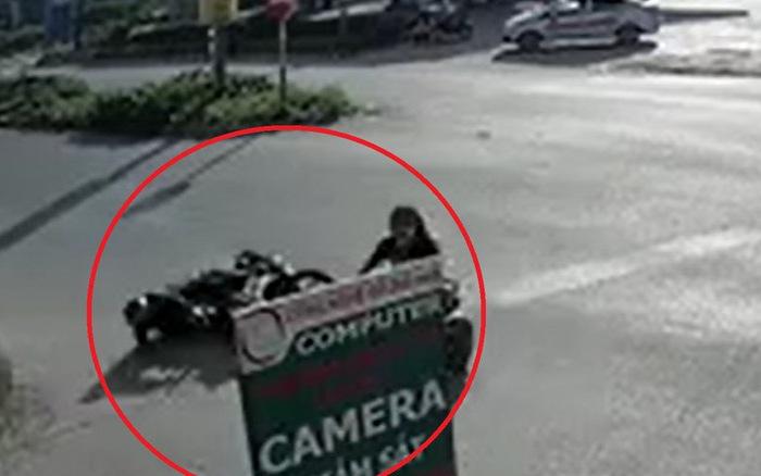 Bắc Ninh: Thanh niên mặc đồng phục bảo vệ chấp nhận ngã đau để tránh cô gái đi xe đạp điện sang đường 1