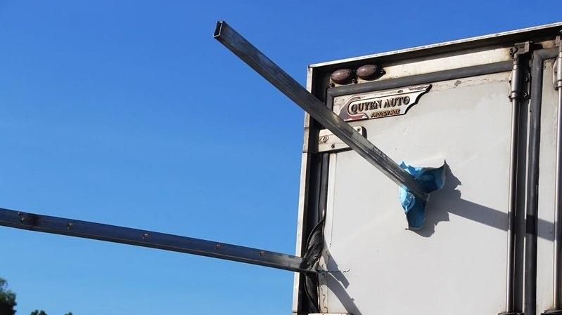 Hình ảnh Thanh sắt rào chắn công trình đâm xuyên xe tải, tài xế tử vong tại chỗ số 2